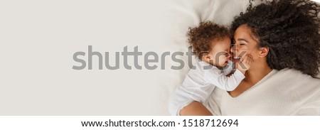 boldog · szülők · játszik · kislány · ágy · együtt - stock fotó © lopolo