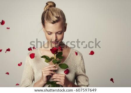 Szőke nő rózsa portré fiatal gyönyörű piros rózsa Stock fotó © zastavkin