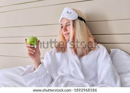 yatak · güzel · sarışın · kadın · elma - stok fotoğraf © chesterf