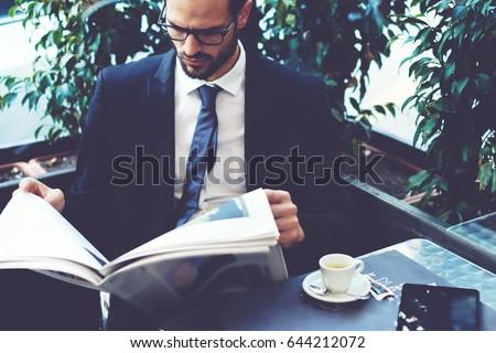 entrepreneur · journal · jeunes · puce · séance - photo stock © stockyimages