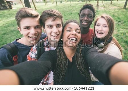 Glücklich jugendlich Studenten Aufnahme Smartphone Bildung Stock foto © dolgachov