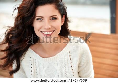 красивой · улыбающаяся · женщина · диван · домой · женщину · стороны - Сток-фото © vwalakte