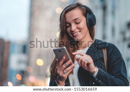 morena · música · fones · de · ouvido · jovem - foto stock © lithian