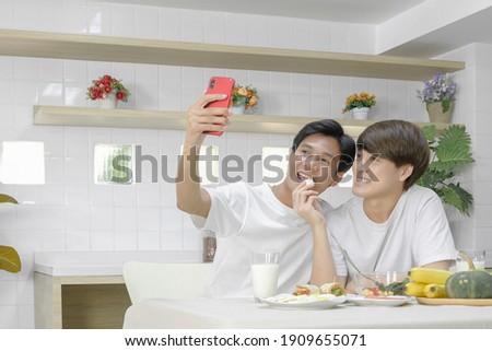 homossexual · casal · alimentação · café · da · manhã · casa · manhã - foto stock © diego_cervo