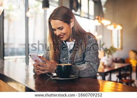 Boldog fiatal nő kávé hallgat zene okostelefon Stock fotó © boggy