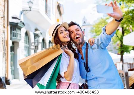 portré · boldog · szerető · pár · bevásárlótáskák · élvezi - stock fotó © boggy