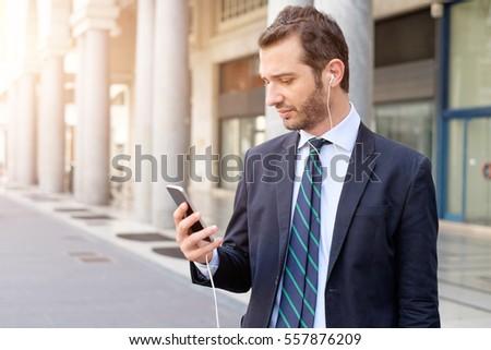 男 イヤホン スマートフォン 通り 人 技術 ストックフォト © dolgachov