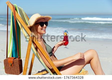 heureux · femme · souriante · séance · serviette · photos · femme - photo stock © dolgachov
