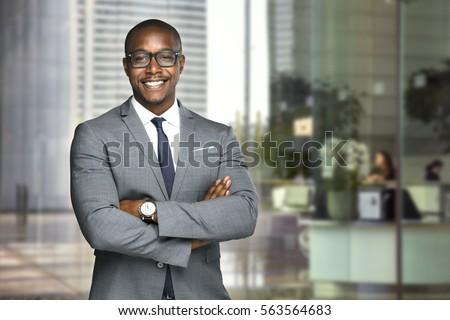 Fekete afrikai üzletember fiatal hivatalos lakosztály Stock fotó © Forgiss