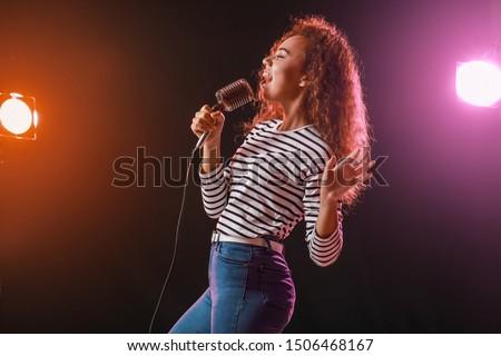 женщины · певицы · изолированный · белый · вечеринка · фон - Сток-фото © andreypopov
