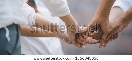 Együttműködés szolgáltatás fiatal üzletember felajánlás szolgáltatások Stock fotó © silent47