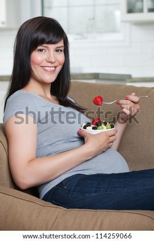 femme · manger · fraîches · BlackBerry · portrait · belle · femme - photo stock © cboswell