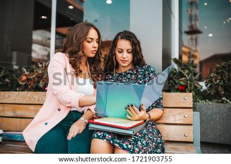 Mosolyog üzletasszony olvas papírok kint üzlet Stock fotó © dolgachov