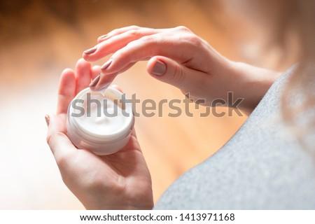 Boldog fiatal nő hidratáló krém kéz szépség Stock fotó © dolgachov