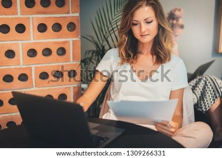 ernstig · onderneemsters · collega · werken · laptop · kantoor - stockfoto © pressmaster