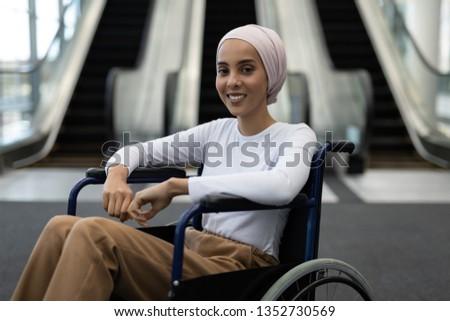 Portret niepełnosprawnych kobiet wykonawczej uśmiechnięty patrząc Zdjęcia stock © wavebreak_media