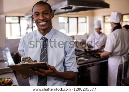 Mężczyzna kierownik piśmie kuchnia hotel człowiek Zdjęcia stock © wavebreak_media