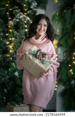 Zwangere vrouw roze trui papier vak geschenk Stockfoto © ElenaBatkova