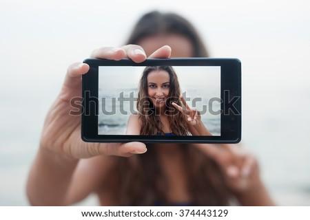 幸せ 笑みを浮かべて 十代の少女 写真 携帯電話 十代の少女 ストックフォト © stuartmiles