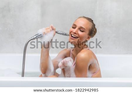 Fiatal zuhanyzó pornó