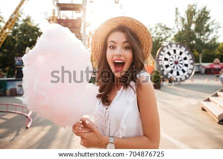 Glimlachend jonge vrouw poseren hoed heldere Stockfoto © prg0383