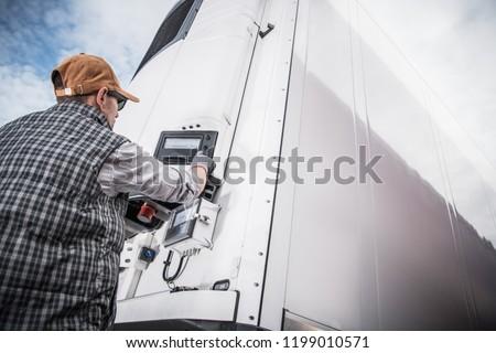 Teherautó teher szállítás hegy út felhők Stock fotó © olira