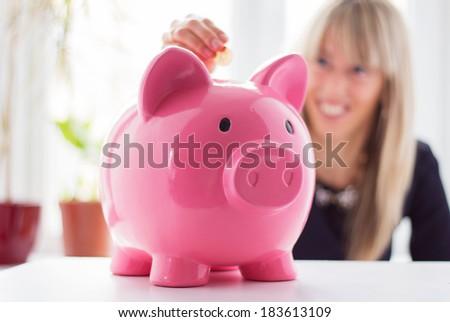 femme · souriante · tirelire · souriant · rose - photo stock © photography33