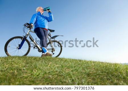 Homme montagne une bouteille d'eau permanent vélo Photo stock © wavebreak_media