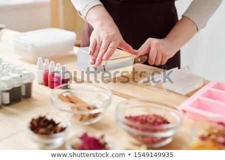 Ręce nóż cięcie kawałek bar Zdjęcia stock © pressmaster