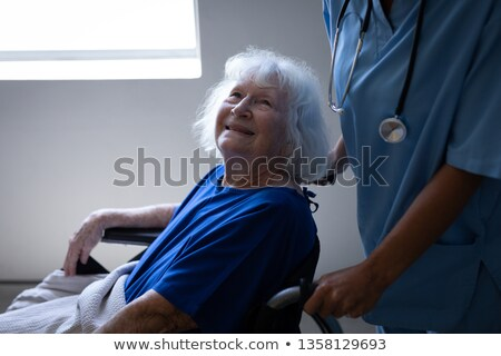 Zijaanzicht kaukasisch vrouwelijke chirurg voortvarend rolstoel Stockfoto © wavebreak_media