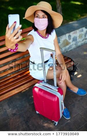 Blogger vrouw masker park outdoor koffer Stockfoto © Illia