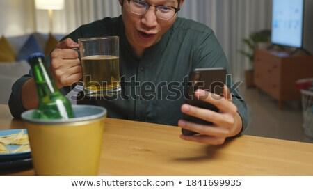bu · homme · alcool · smartphone · maison · alcoolisme - photo stock © dolgachov