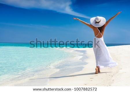 Nő tengerpart gyönyörű szexi fiatal napszemüveg Stock fotó © piedmontphoto