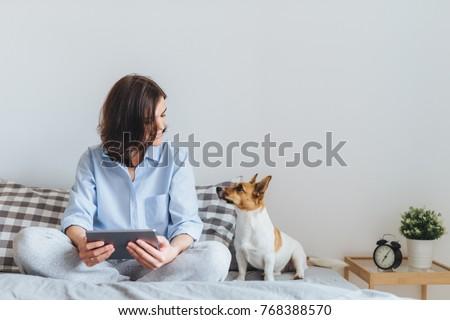 glimlachend · aantrekkelijk · jonge · vrouw · tablet · grijs - stockfoto © boggy