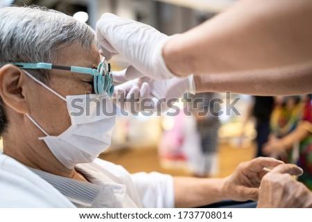 Asiático mulher óculos ótica armazenar visão Foto stock © dolgachov