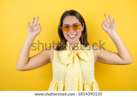 Koyu esmer güneş gözlüğü mutlu Stok fotoğraf © pxhidalgo