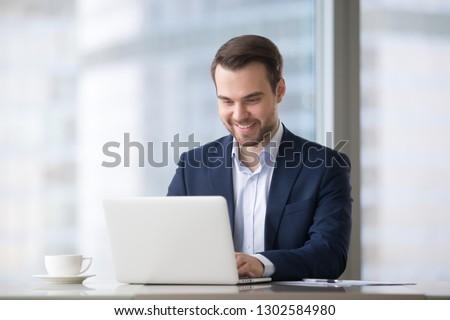 Işadamı dizüstü bilgisayar kullanıyorsanız beyaz bilgisayar dizüstü bilgisayar Stok fotoğraf © wavebreak_media