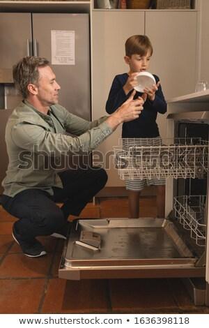 Vista laterale figlio di padre ciotola lavastoviglie cucina home Foto d'archivio © wavebreak_media
