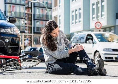 Gewond vrouw vergadering grond fiets ongeval Stockfoto © Kzenon