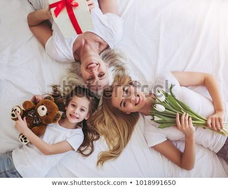счастливым · женщину · кровать · глядя · подарок · любви - Сток-фото © deandrobot
