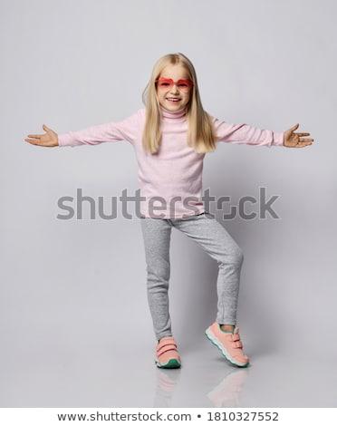 juventude · roupa · interior · adolescente · caminhada · fones · de · ouvido - foto stock © artybloke