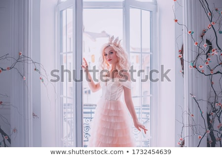 noiva · posando · quarto · de · hotel · câmera · menina · sorrir - foto stock © dmitriisimakov