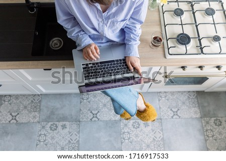 jóvenes · mujer · de · negocios · viendo · pantalla · del · ordenador · oficina · pensando - foto stock © andreypopov