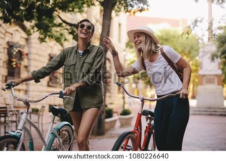 2 · 小さな · 笑みを浮かべて · 女の子 · 徒歩 · 市 - ストックフォト © NeonShot