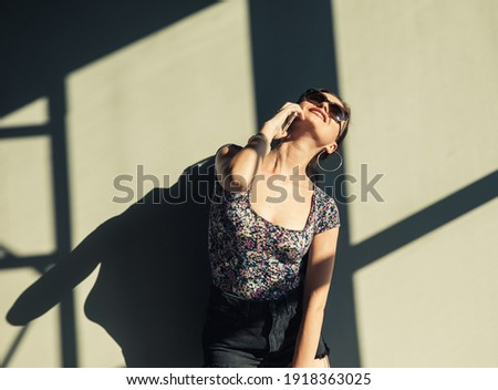 glimlachend · sexy · vrouw · praten · telefoon · geïsoleerd · meisje - stockfoto © acidgrey