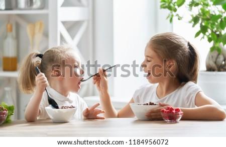 Iki küçük kardeş kızlar yeme birlikte Stok fotoğraf © lunamarina