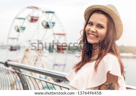 portret · młodych · pretty · woman · patrząc · kamery · stałego - zdjęcia stock © HASLOO