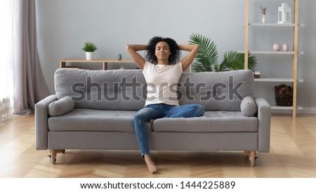 безмятежный женщину сидят диван домой гостиной Сток-фото © wavebreak_media