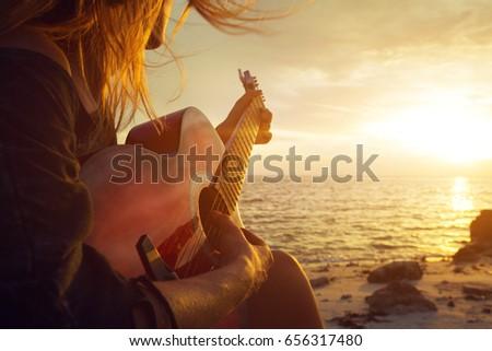 Piękna muzyk kobieta gitara czeka Zdjęcia stock © zurijeta