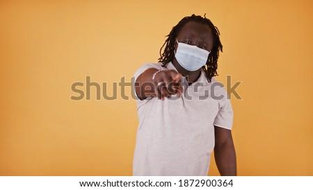 üzletember · rejtőzködik · mögött · laptop · fej · munkahely - stock fotó © stockyimages